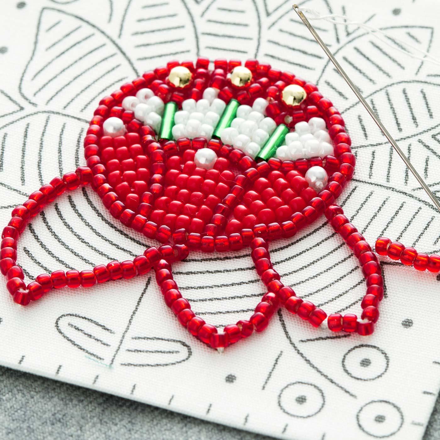 ラインの長さ分のビーズを糸に通し、印刷図案に沿って縫い留めるので思いのほか簡単です。