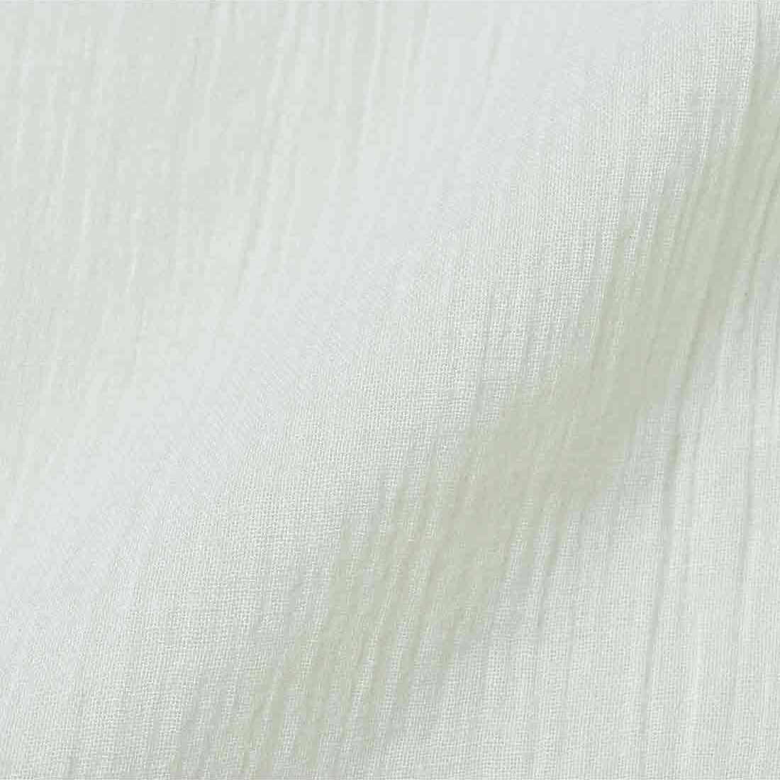 肌ざわりのやさしい素材。凹凸のある表面感で肌にはりつきにくく、快適な着け心地。
