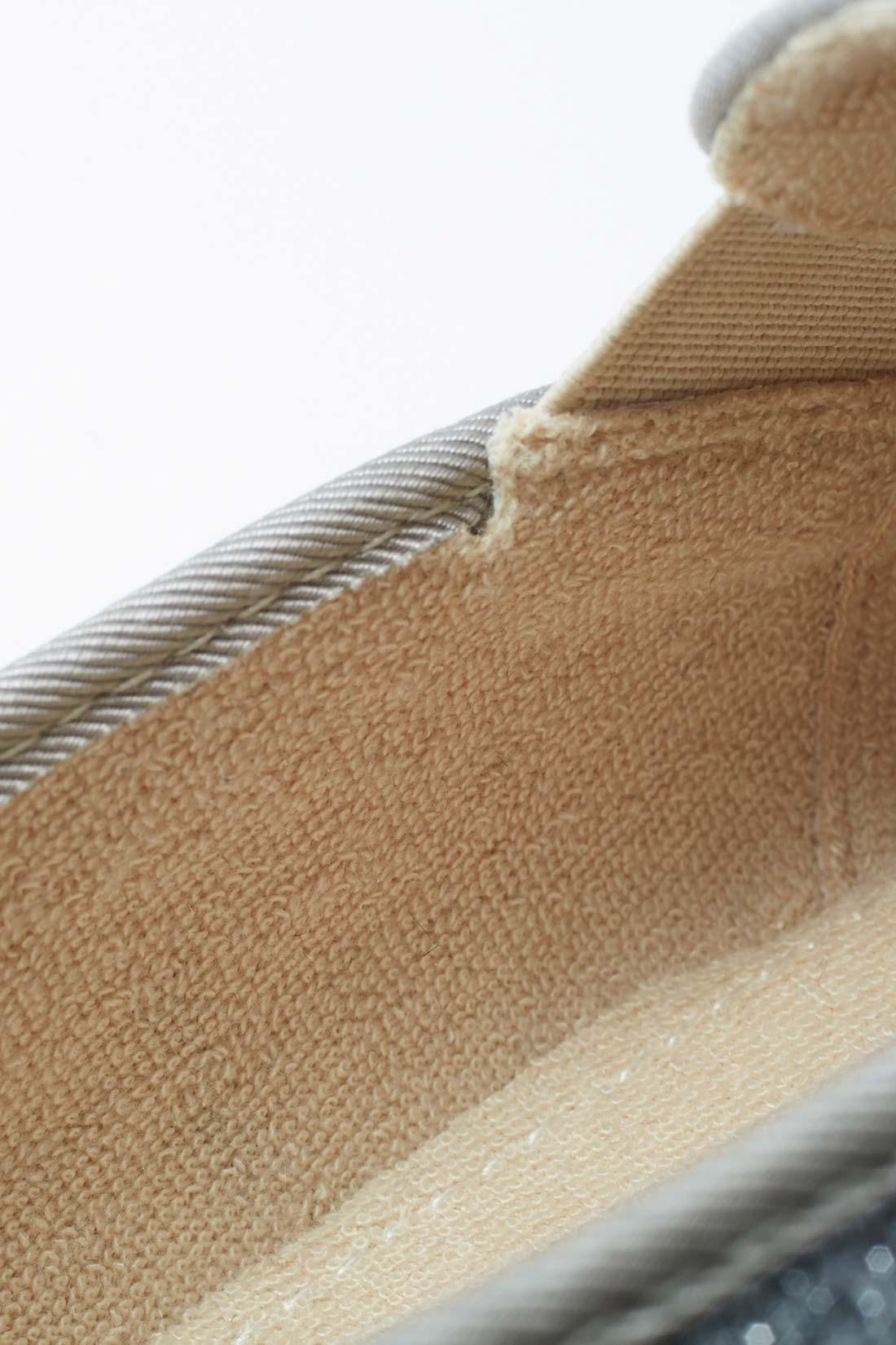 インソールと側面は、パイル素材。素足で履いても気持ちいい。