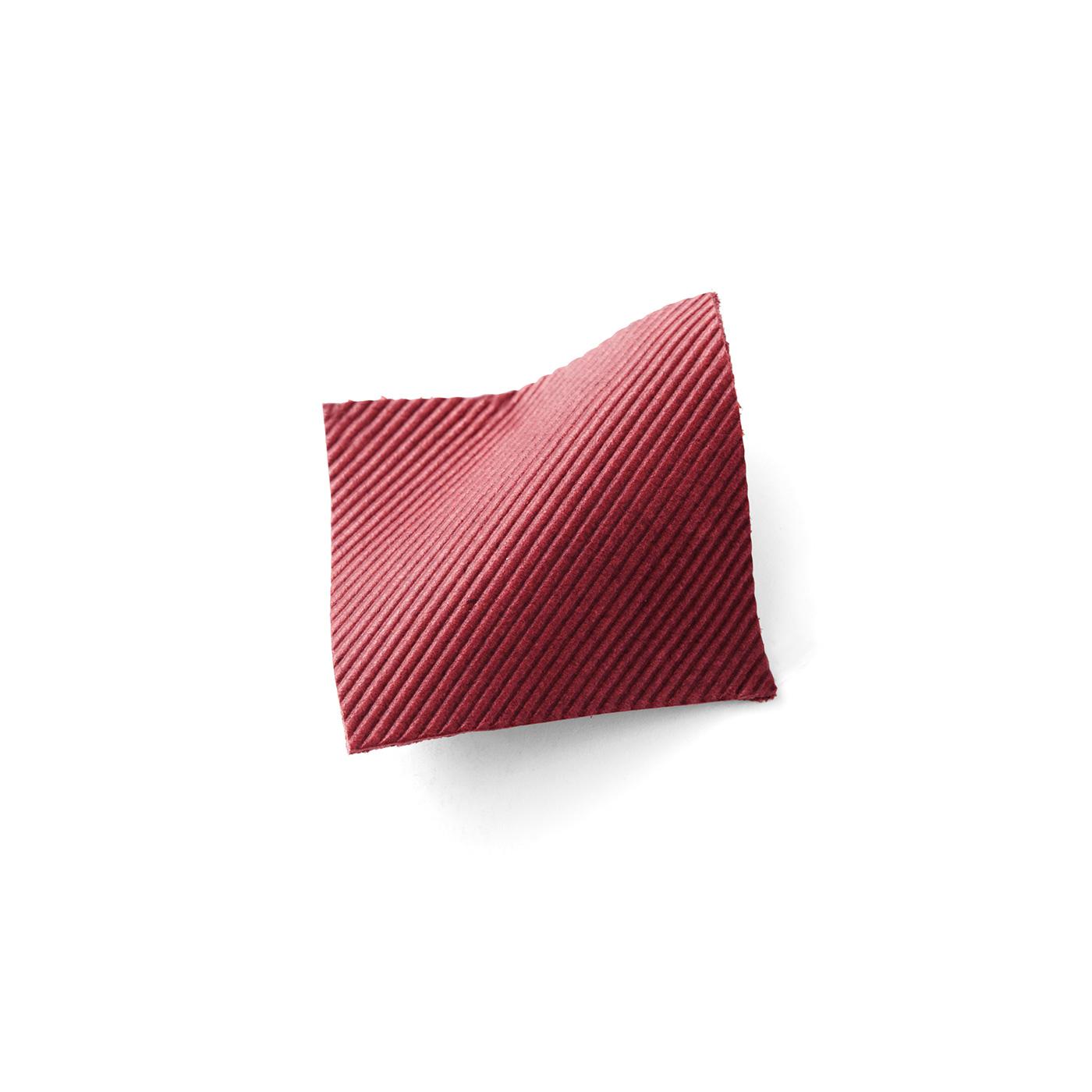 綾織り風型押しで、生地のような見た目の革です。