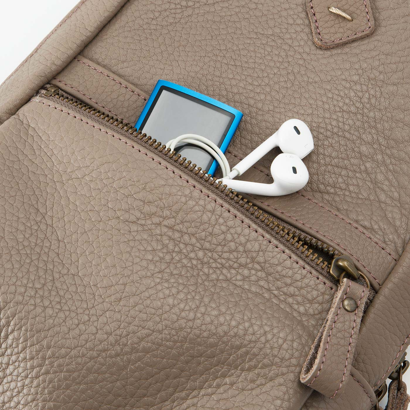 外のファスナーポケットは、さっと出し入れできて便利。