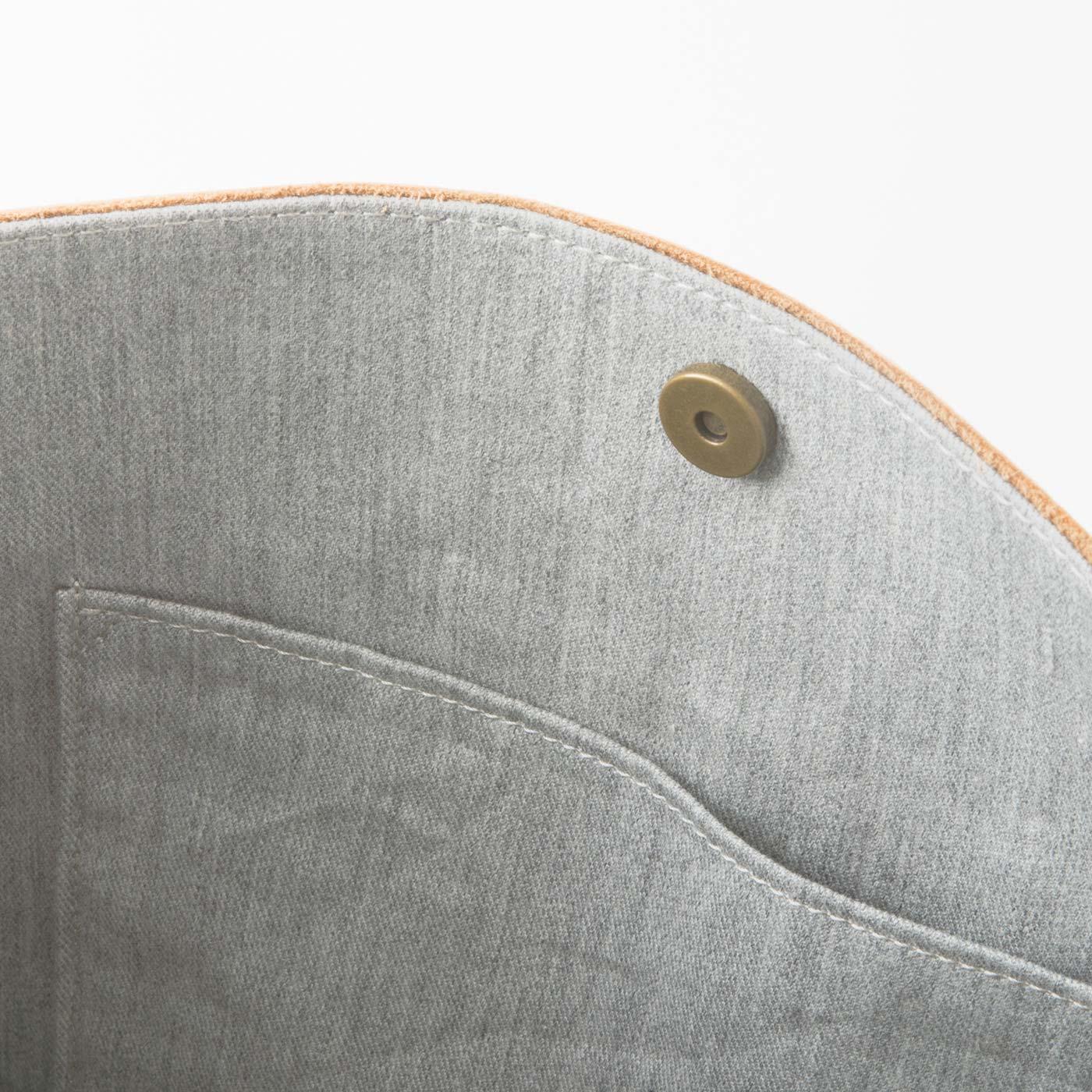 内生地は杢(もく)調の綿素材。A4サイズも収まります。開閉しやすいマグネット仕様。
