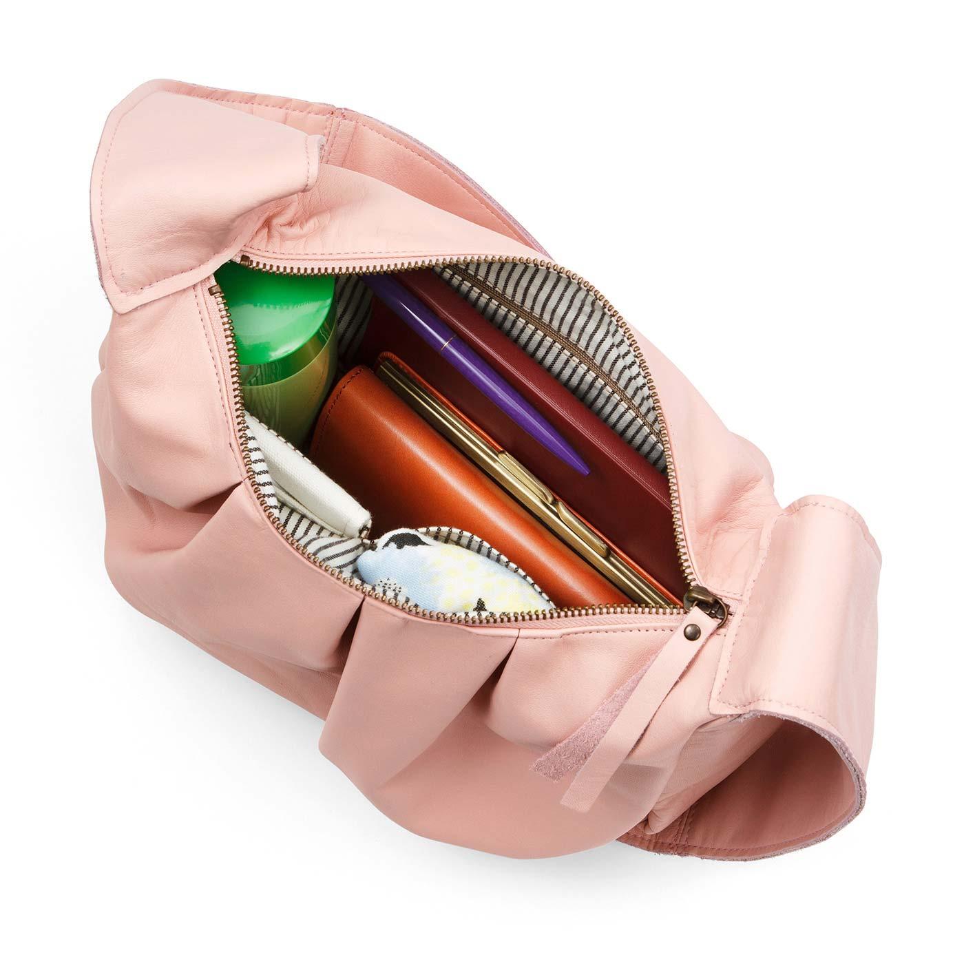 内生地はおしゃれなストライプ。小物の整理に便利な内ポケットは3個。