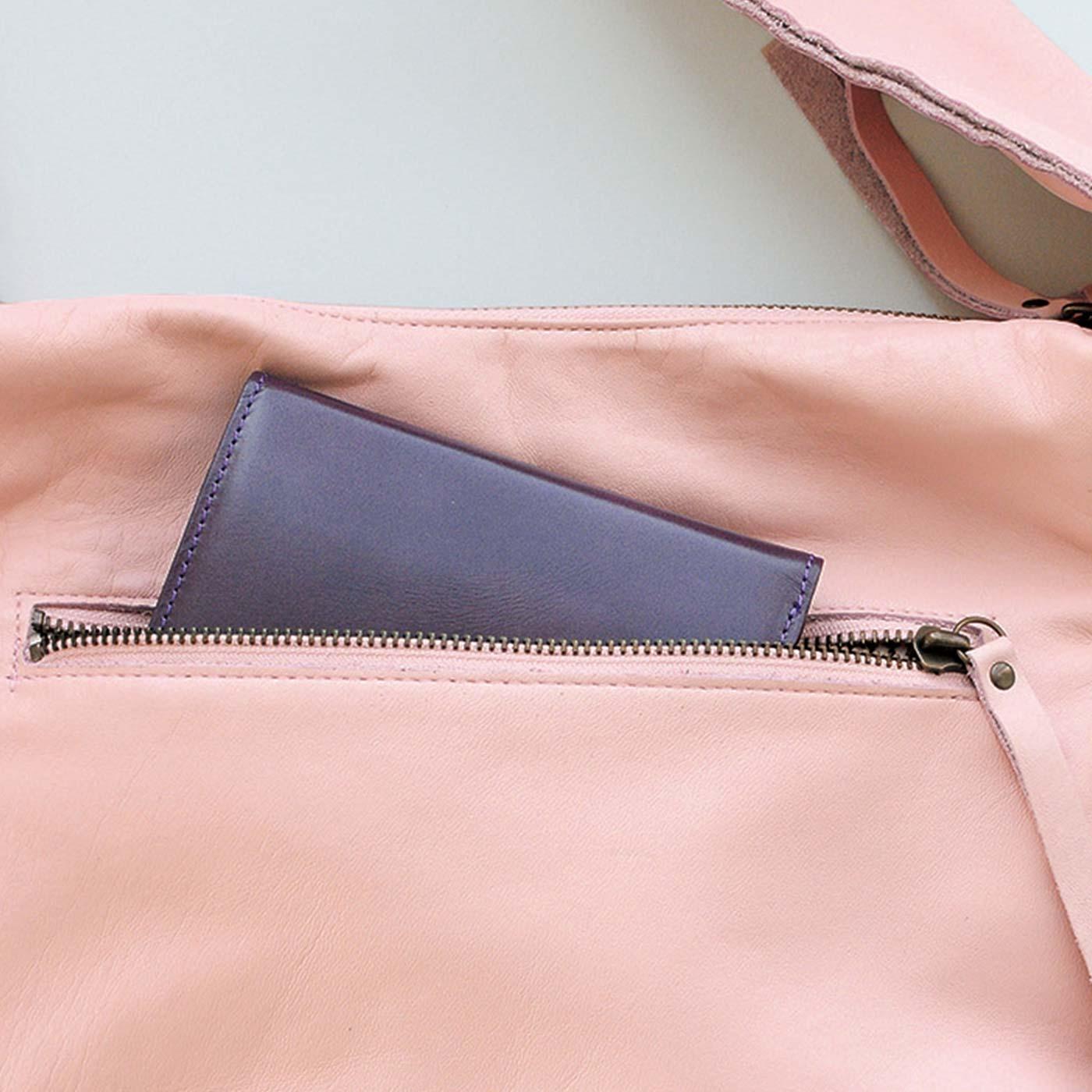 ファスナー付きの後ろポケットはスマートフォンや定期入れなどの収納に。