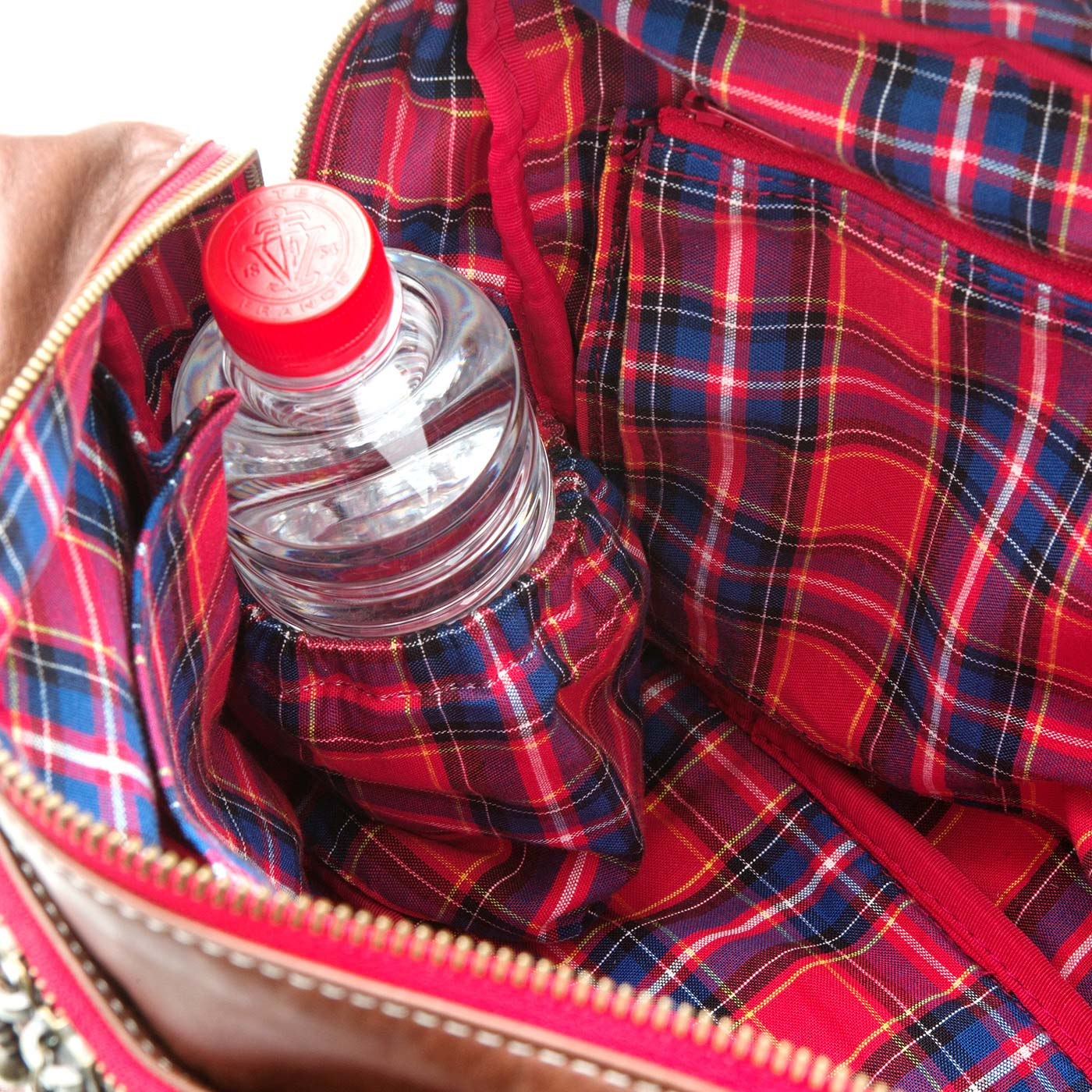 鞄の中には内側がアルミシート仕様のペットボトルホルダー付き。