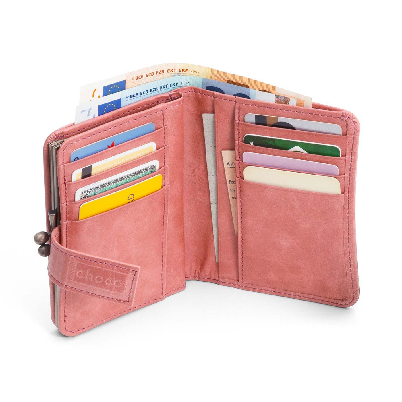 がま口で小銭の出し入れスムーズ! カード8枚と2つのポケットで収納も充実。 ミニバッグにも収まるサイズ。かわいいカラーもうれしい!