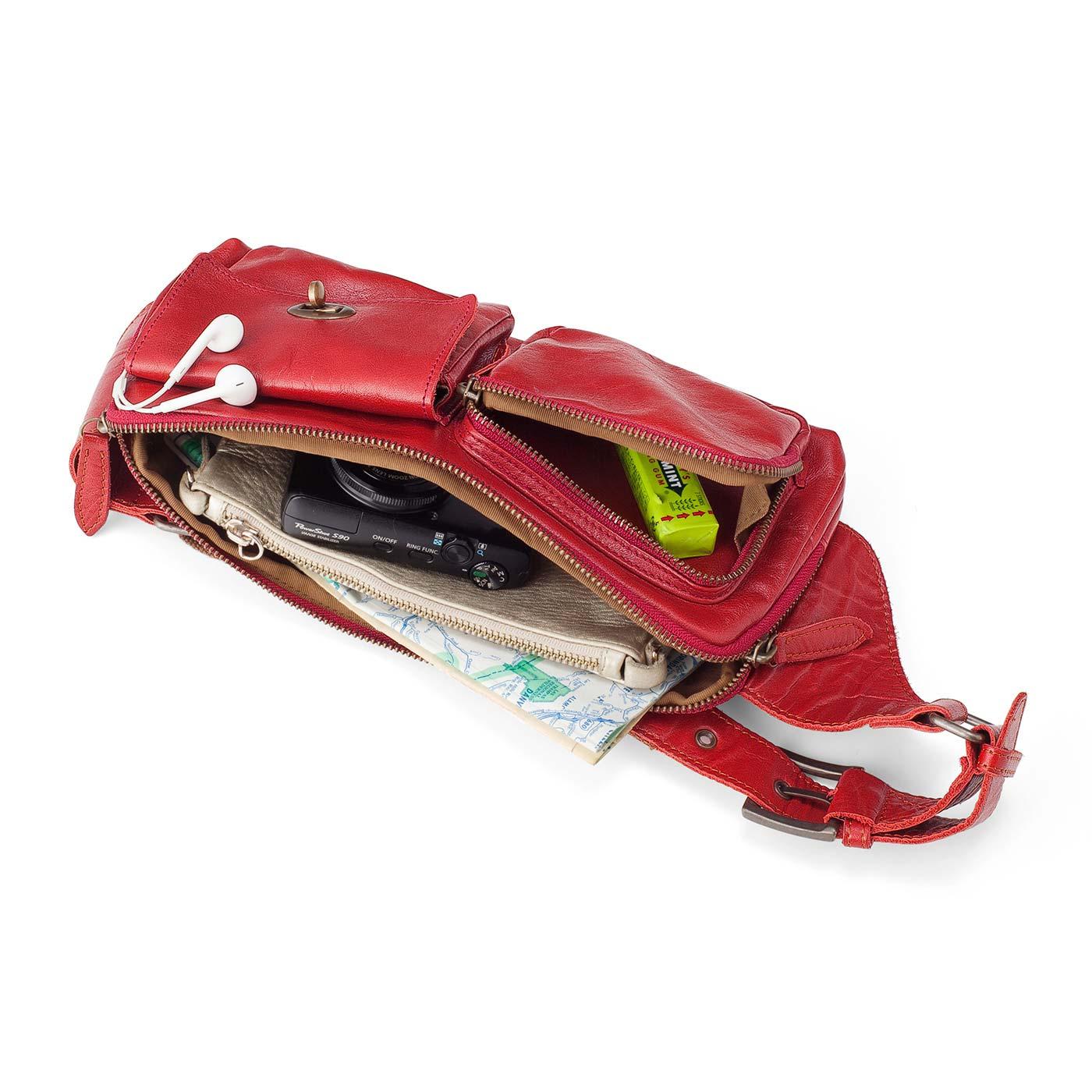 大きく開くメインポケットには、長財布もすっぽり。