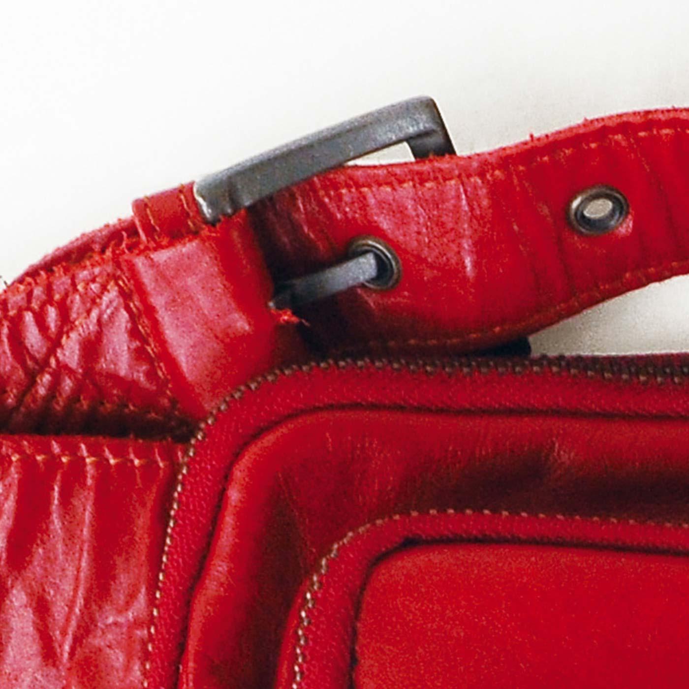 腰に着けたり、斜めがけしたり、ベルトはサイズ調節可能。