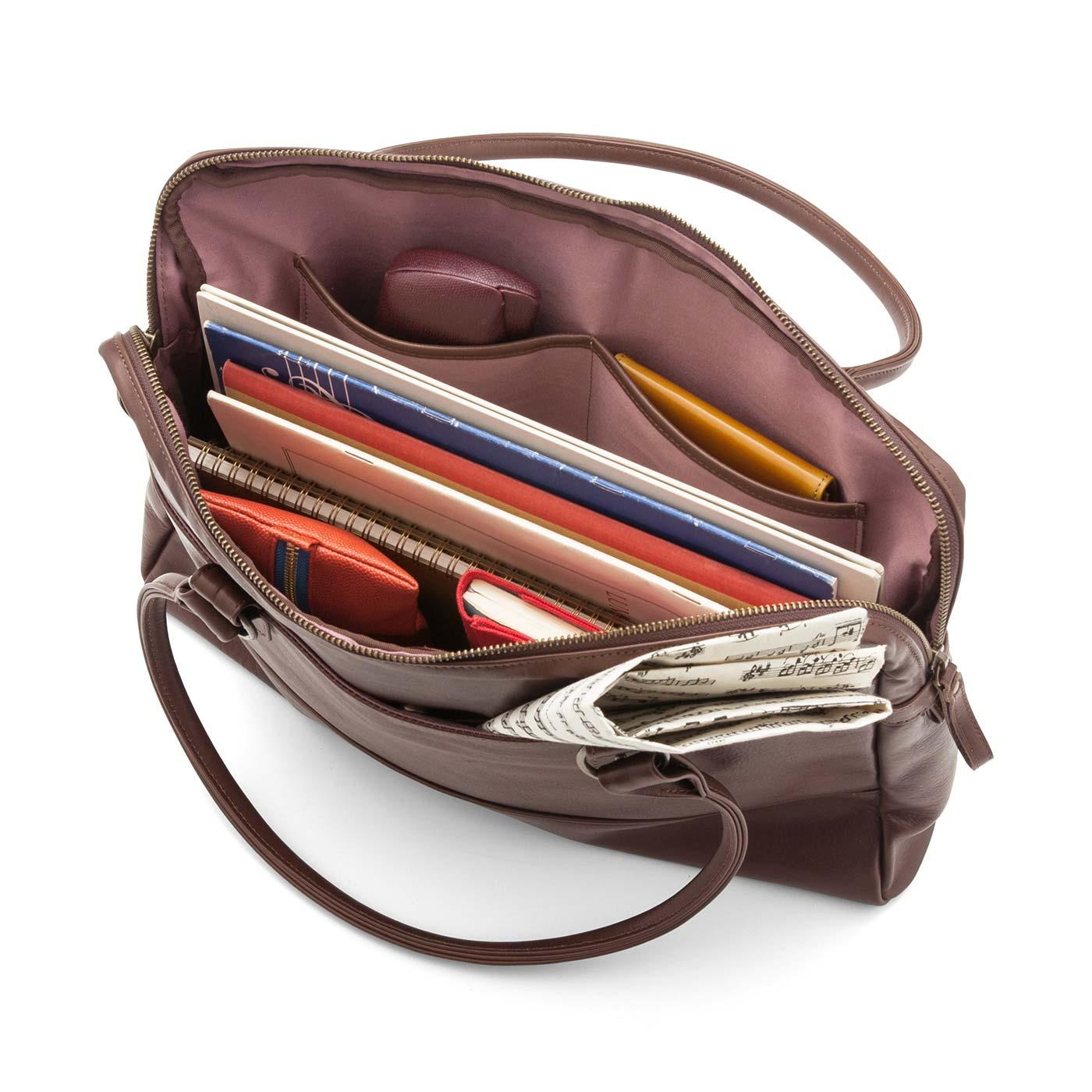 充実のポケットで小物もすっきり。内生地はプラム色でさりげなく華やかに。