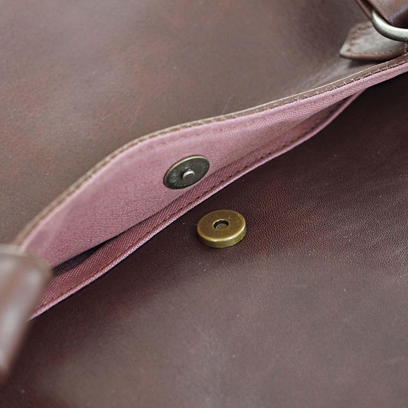前のポケットはマグネット付き。
