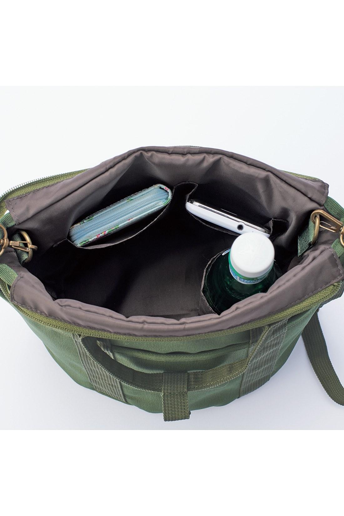 ペットボトルホルダーなど、中も収納たっぷり。 ※お届けするカラーとは異なります。