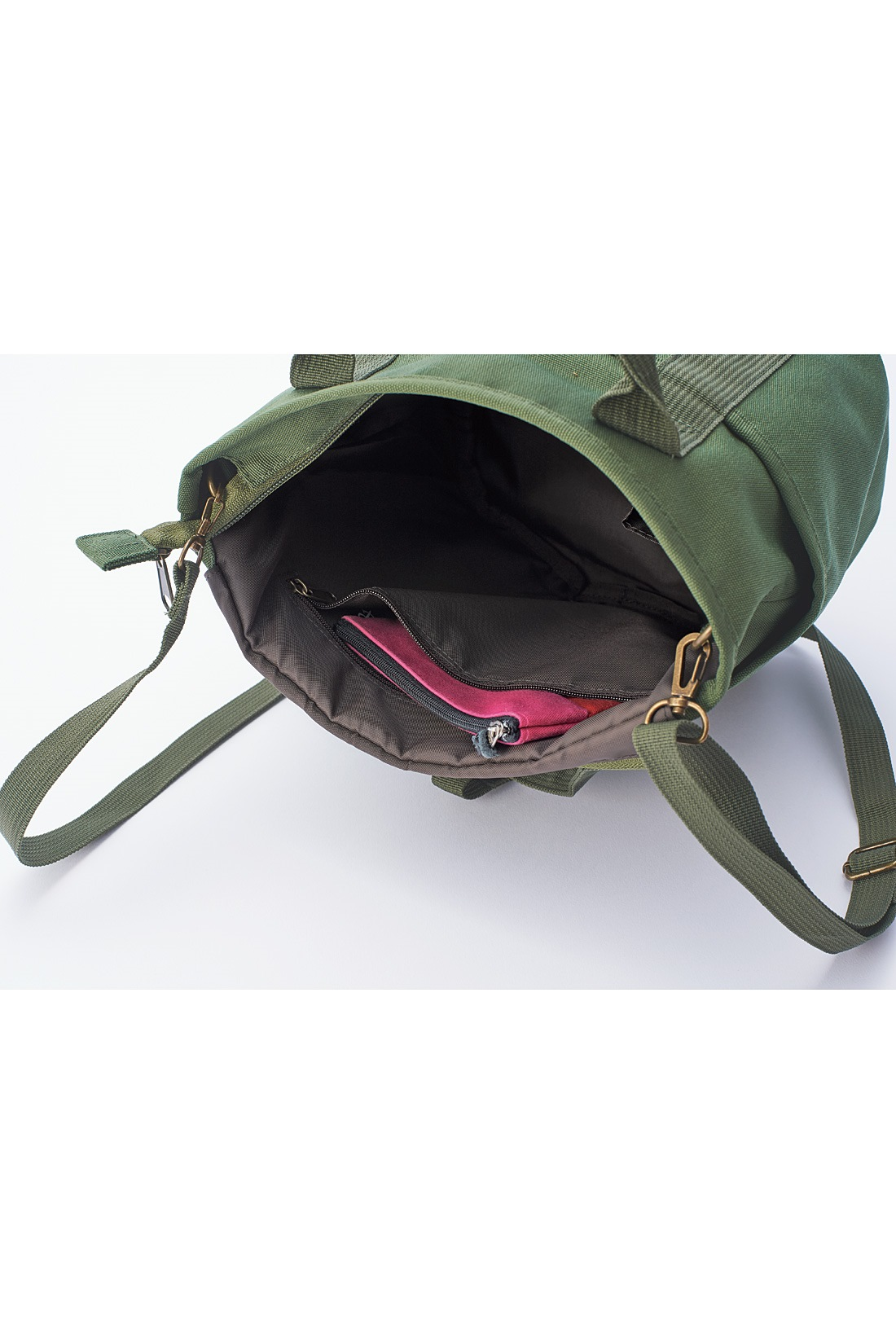 ファスナーポケットも。 ※お届けするカラーとは異なります。