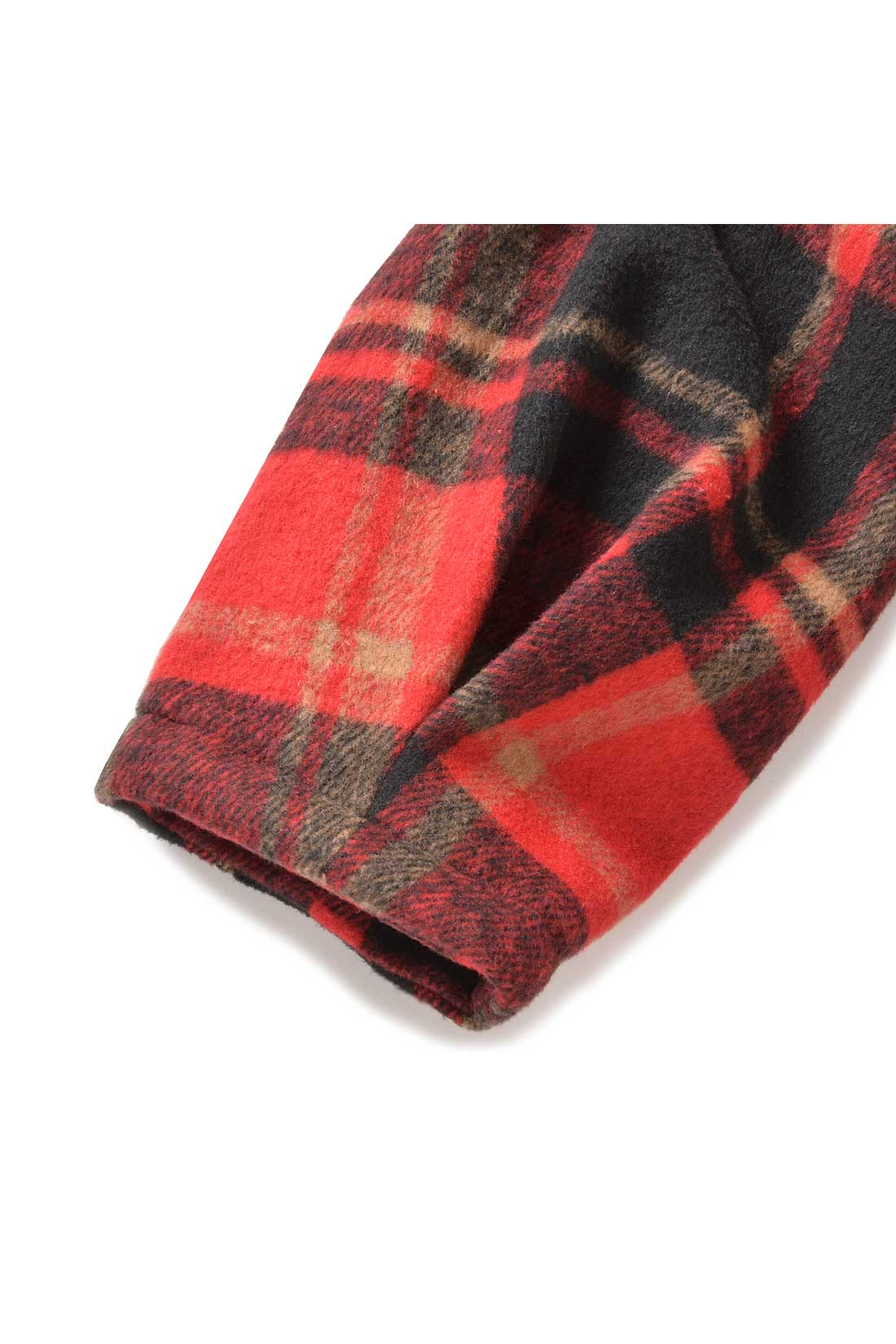 袖にタックを寄せて、ふわっとした形になるようにしました。