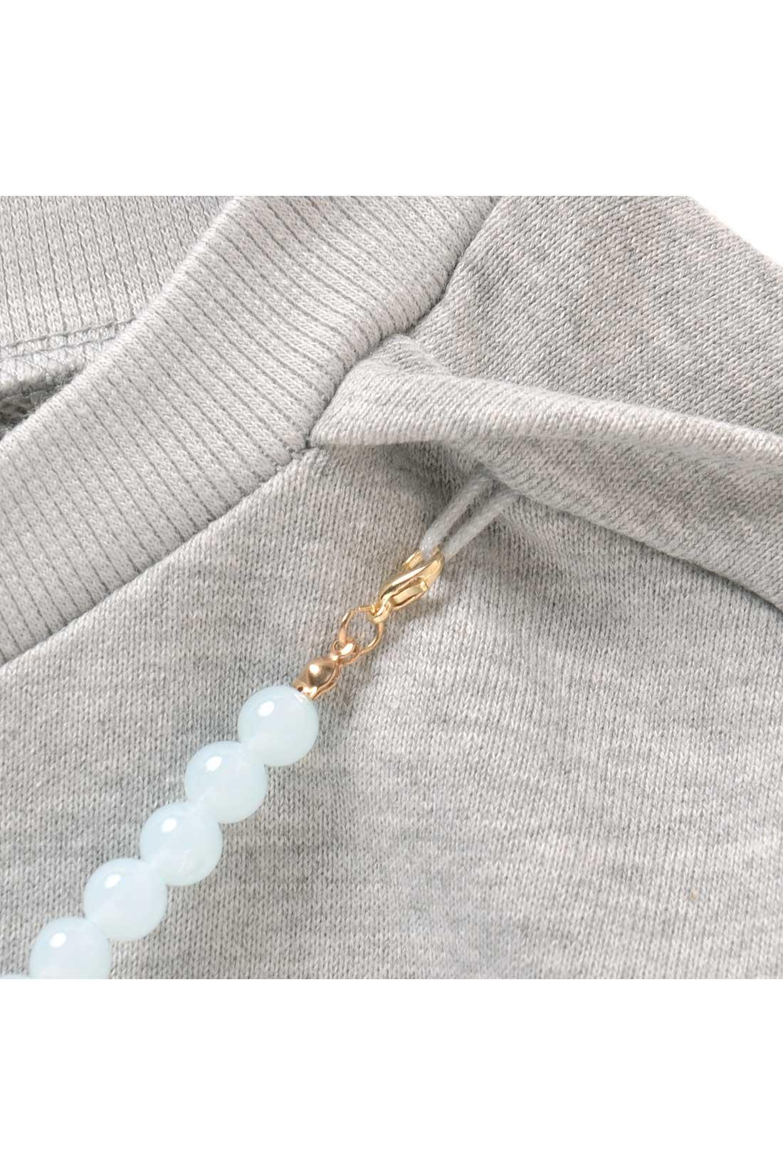 ネックレスみたいな金具が付いていて、それで付けたり外したりができるのです。