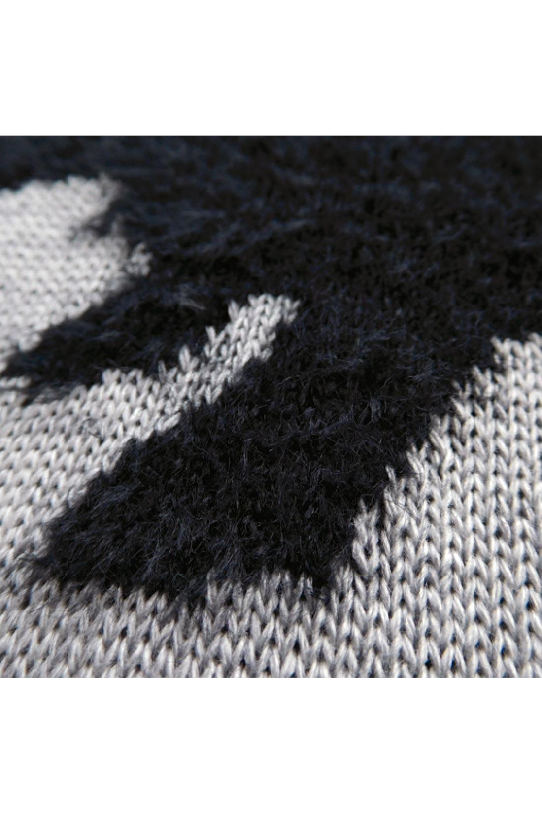動物のシルエットのところだけ、もけもけ糸で編んでいるよ。
