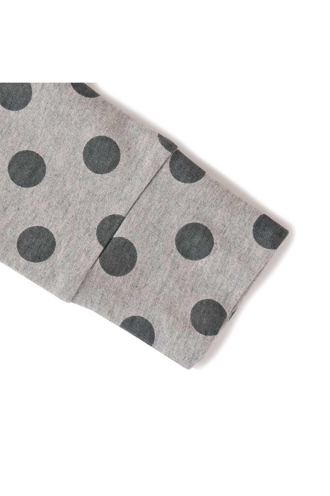袖とすそは、リブ生地を使わずに、共生地を折り返して使っています。