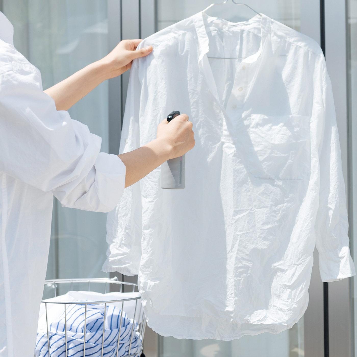 脱水後の衣類に吹き掛けて、パンッとはたいて乾かせば洗いじわが軽減。