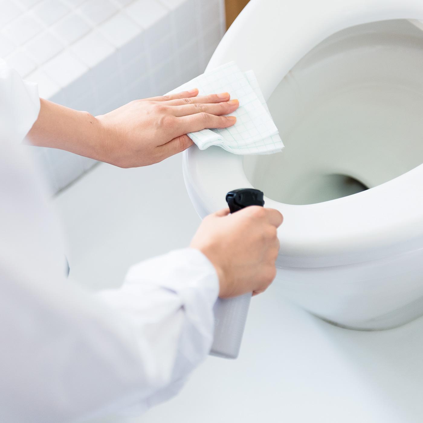 トイレのふちや便座もスプレーしておくことで、汚れたときのふき取り掃除が簡単に。