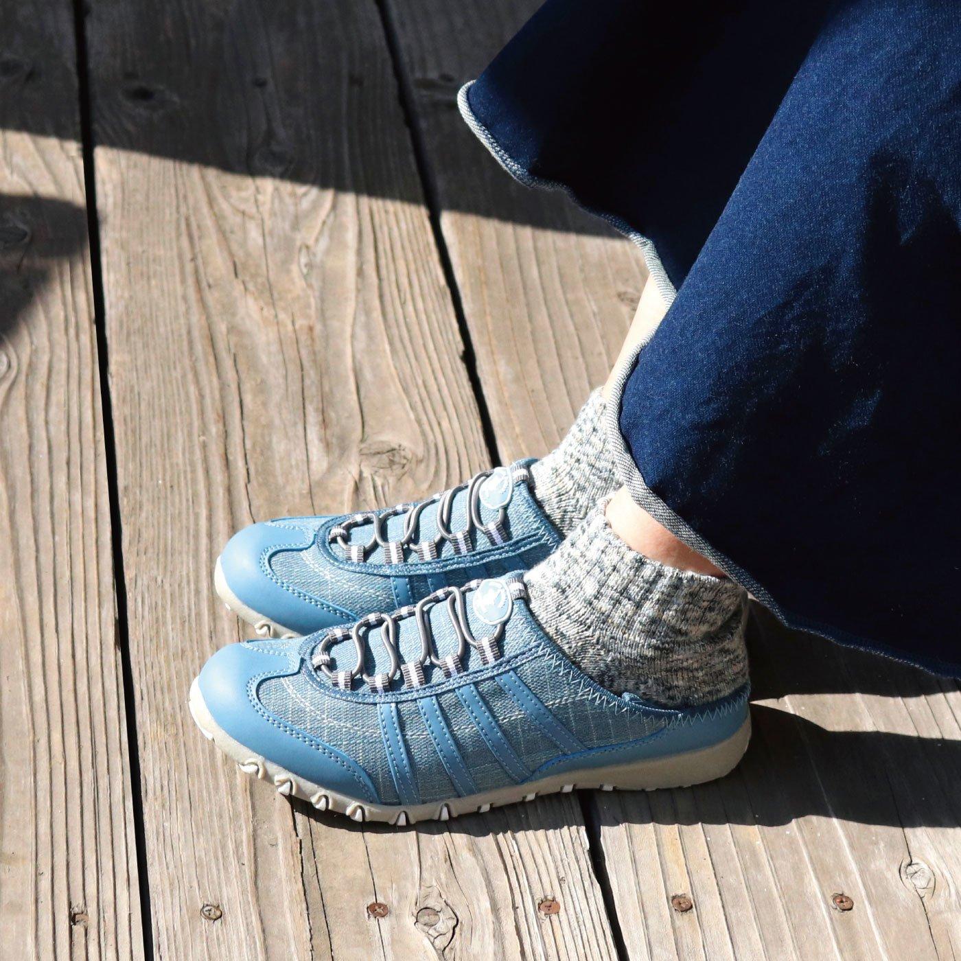 ゴム使いで心地よくフィット かかとも踏めるデニム調素材のスニーカー