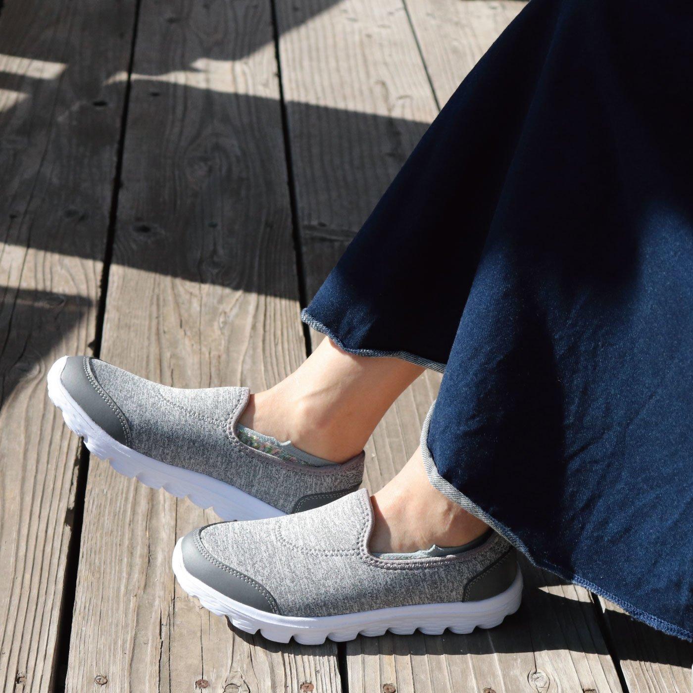 伸びやか素材で心地よくフィット さっと履けるスリッポン