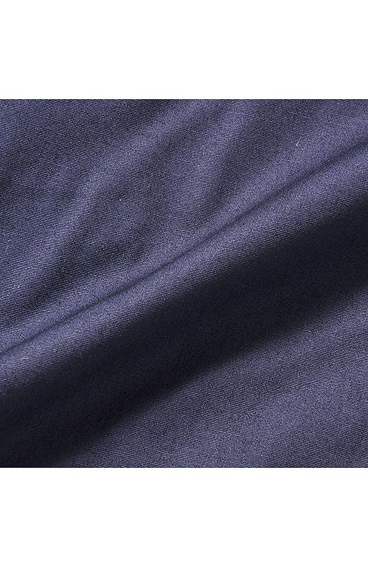 表地はきれいめ素材。合わせるトップスできちんと感のあるスタイルに。。※タイプライターとは、長繊維で細い高級綿糸を用いた平織物です。