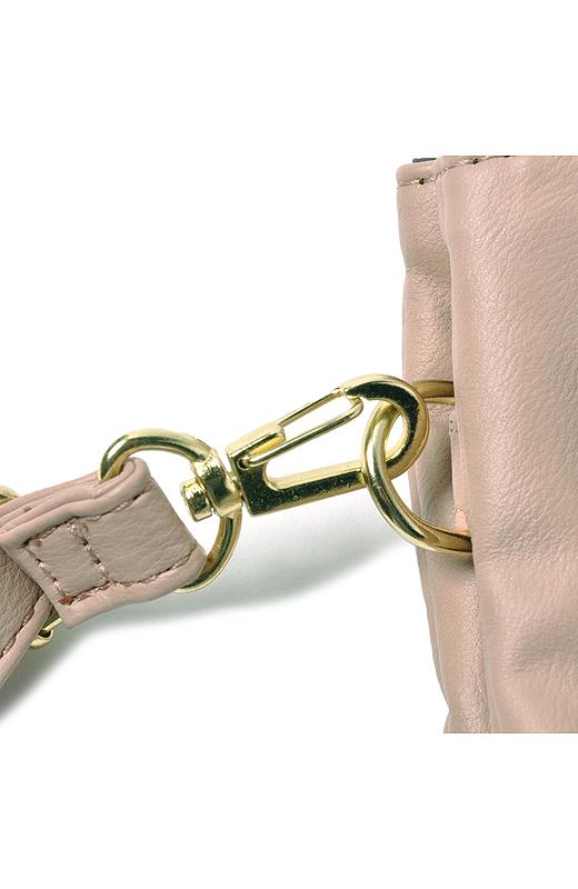 ストラップは取り外し可能。バッグに入れてポーチとして使ったり、そのままクラッチバッグとしても。