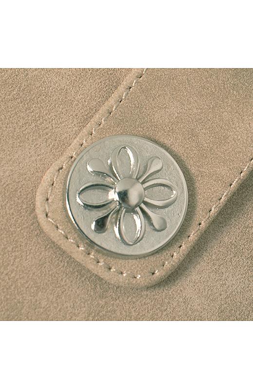 メタルパーツもかわいい花モチーフ。