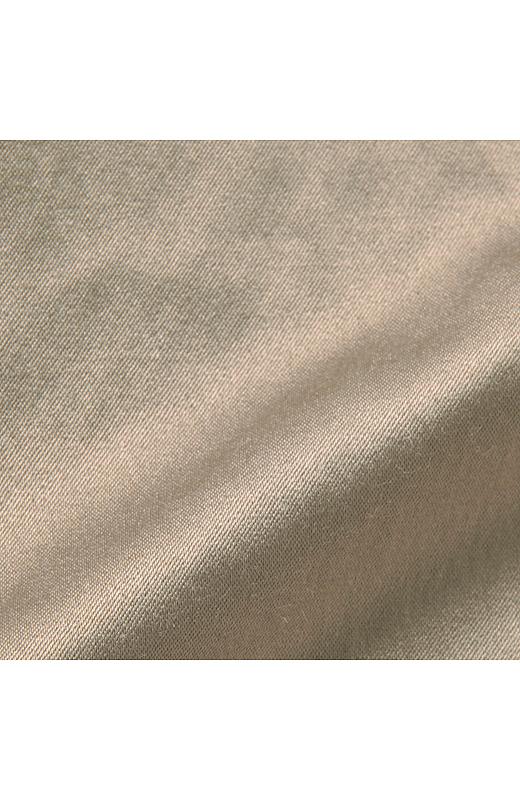 上品な艶がうれしいマットサテン素材。