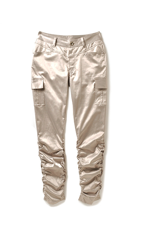 ウエストまわりにはVヨークを入れておなかまわりをカムフラージュ。高め位置のサイドポケットで脚をぐっと長く見せます。ひざ下をカムフラージュするくしゅくしゅデザインのフルレングス。