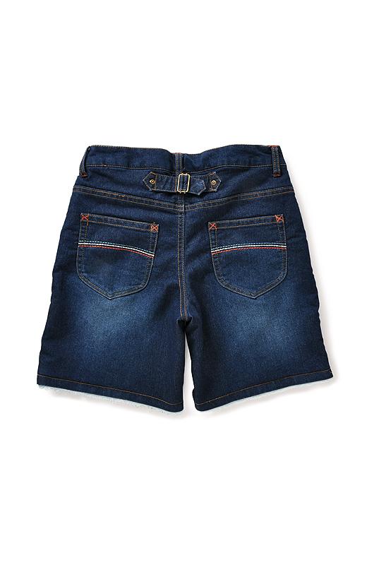 バックスタイルはポケットのカラーステッチヨーク切り替え、ベルト遣い…… メリハリがきいていて美尻もおまかせ。