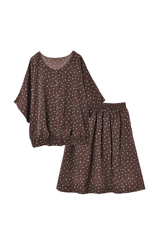なんと! 折り紙柄なんです。スカートをウエストインする着こなしもおすすめ。とろんとした素材がかわいいね。