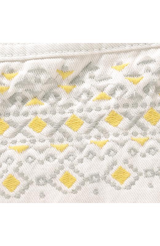 エスニック風の刺しゅう。イエロー&ライトグレイのさわやかな彩りが白デニムに絶妙マッチ。