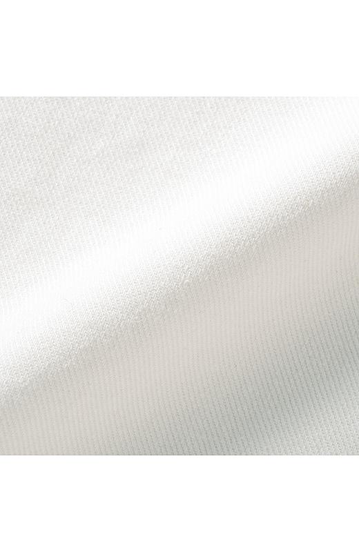 透けにくくラインを拾いにくい、ほどほど肉厚のオンスをセレクト。はき心地も涼やかです。