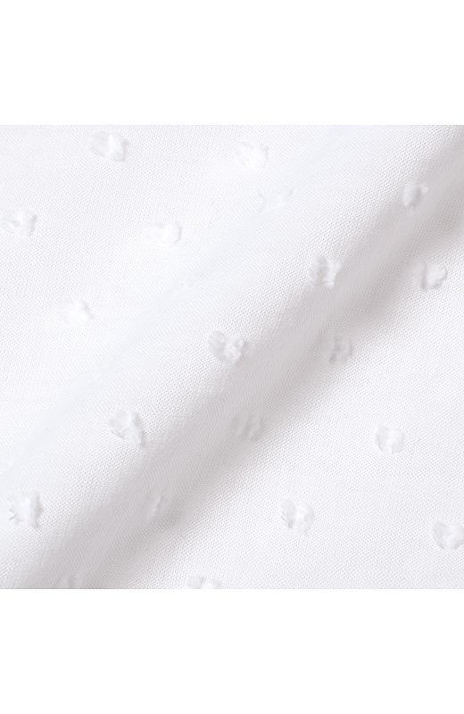 トップスはカットソーと布はく素材で切り替えて、ブレード遣いをプラス。白×シルバーのキラッと感がさりげなくておしゃれ?!