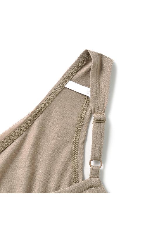肩ひもは長さの調節が可能なアジャスターとブラフック付き。