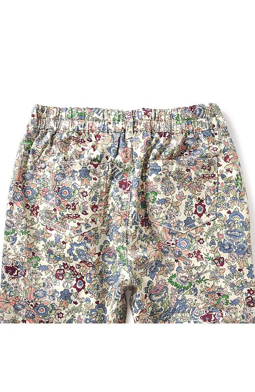 しっかり後ろポケット付き。のっぺり見えも解消。お花のリベットがかわいいアクセントに。