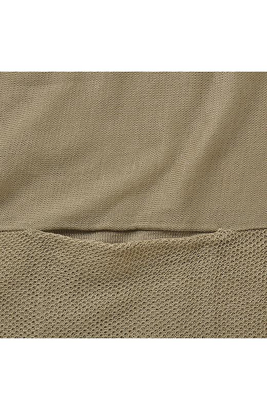 すそ、袖口部分にはタック編みの裏遣いを配した編み地の変化が印象的。