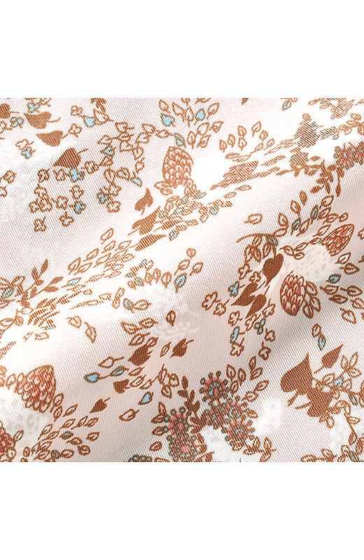 一枚でも透けにくく、しわになりにくいレーヨン・ポリエステル混素材を使用。草花の陰影を美しく表現したオリジナルプリントが大人の女性にぴったり。