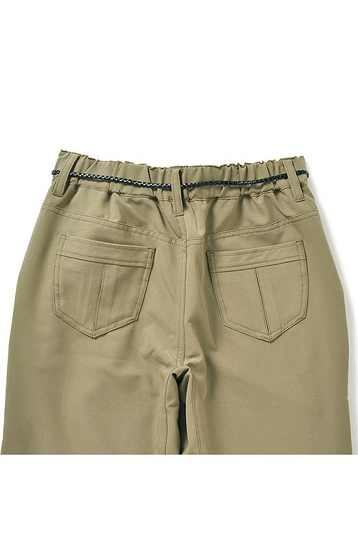 バックスタイルはウエストゴム仕様、高めのポケットの効果で小尻も約束。