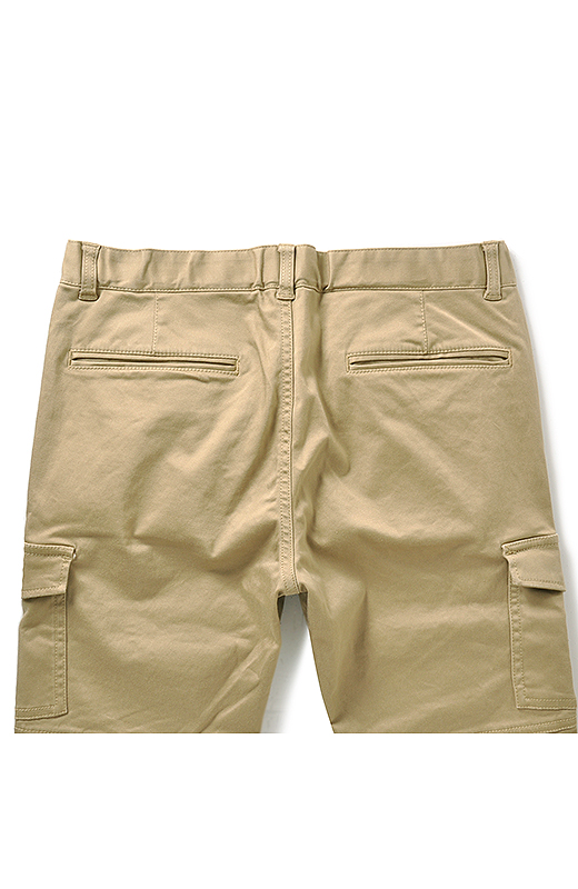 後ろポケットはあえて両玉縁ポケットに。おしりまわりをスッキリ見せるデザインに。