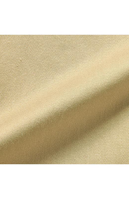 生地染めをほどこしたきれいめなストレッチサテンを使用。横のストレッチが脚の動きをサポート。