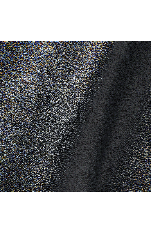 ラムレザー調のスムースな合皮素材はやわらかな肌当たり。