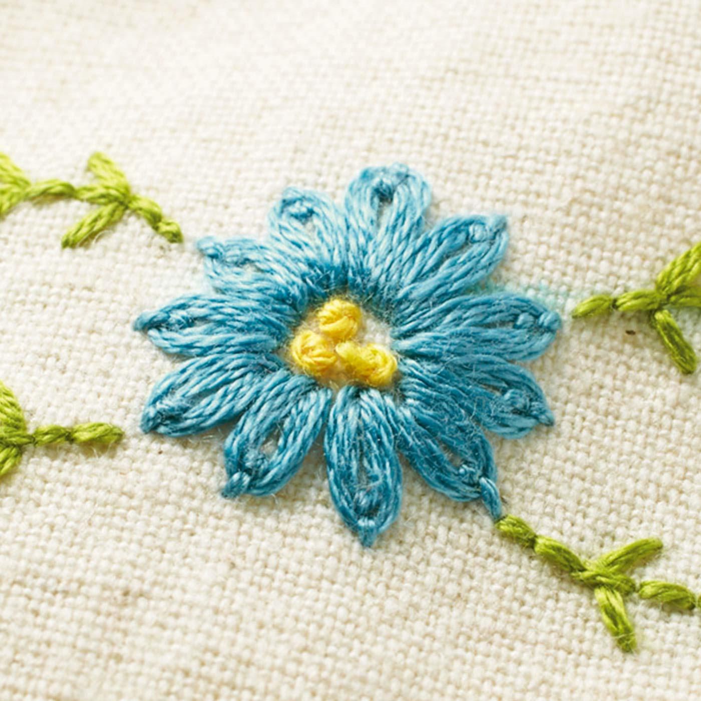 2ヵ月目には、かわいいお花の刺しゅうも学べます。