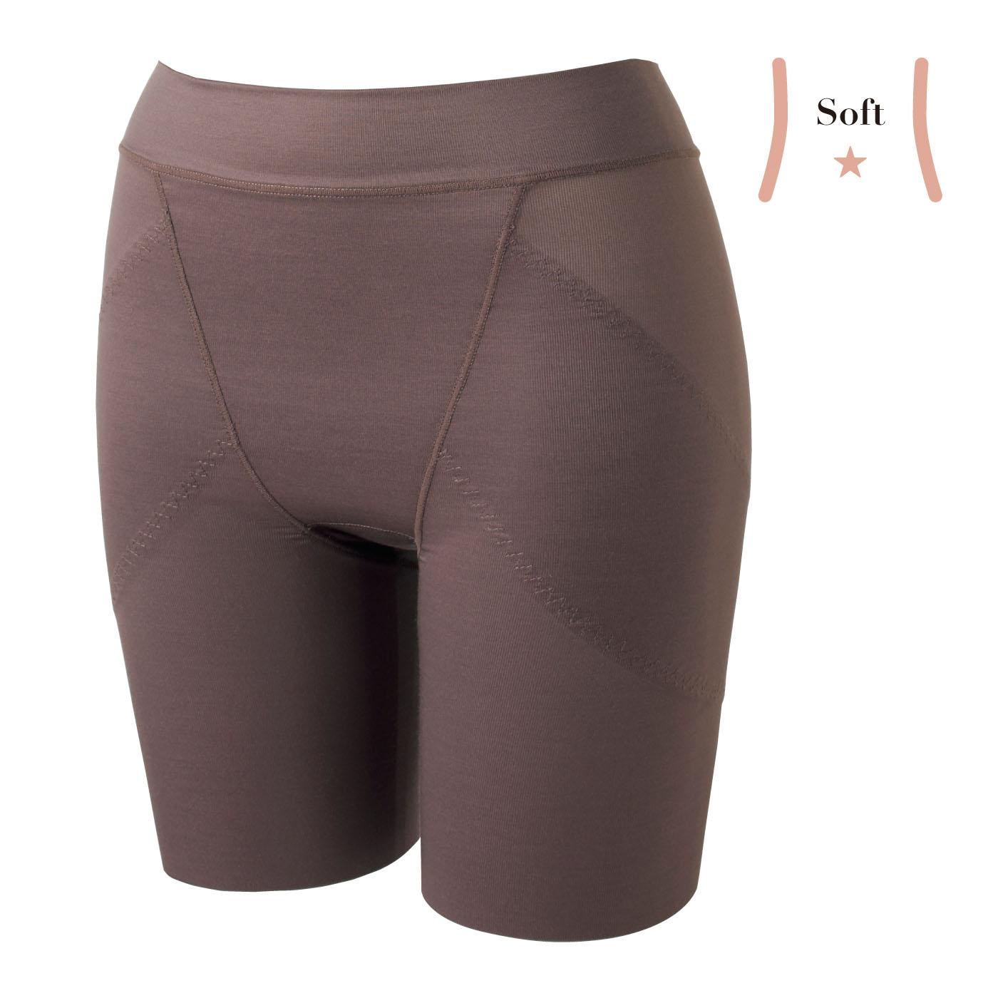 【正面】肌側は綿素材で、ショーツ気分のやさしいはき心地。ウエスト部分はくるみ込んだ仕様で、くい込みを軽減。〈ブラウン〉