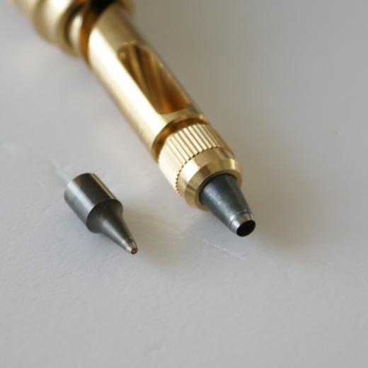 レザークラフトレッスンで使用する1ミリと3ミリ穴用の替刃がついています。