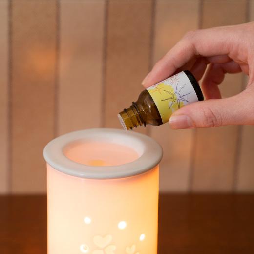 ちょっとした器に水をはって、数滴たらしたり、ディフューザーで広がる香りにリラックスしたり、「ゆるいヨガ」をもっと楽しめます。