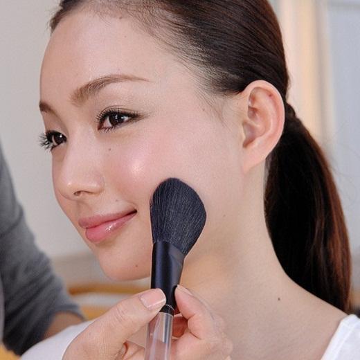 フェイスブラシは、粉が均一にのるので、自然なツヤのある肌に仕上がります。