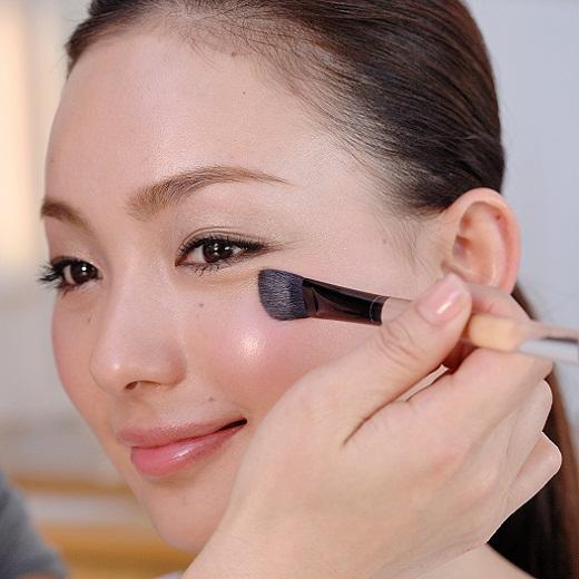 アイシャドウブラシは、目の周り全体になめらかに筆運びしやすく、きれいに色がのせられます。