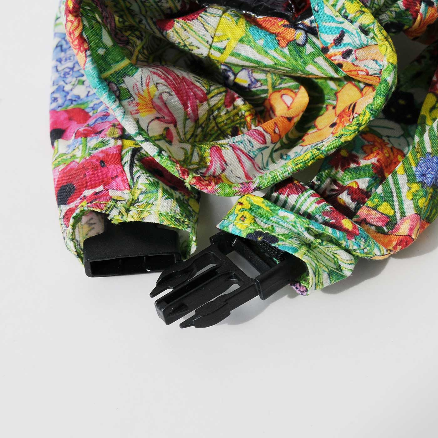 袖口の留め具で、手をつなぐことができます。つないでカバンの持ち手にぶら下げてもOK。