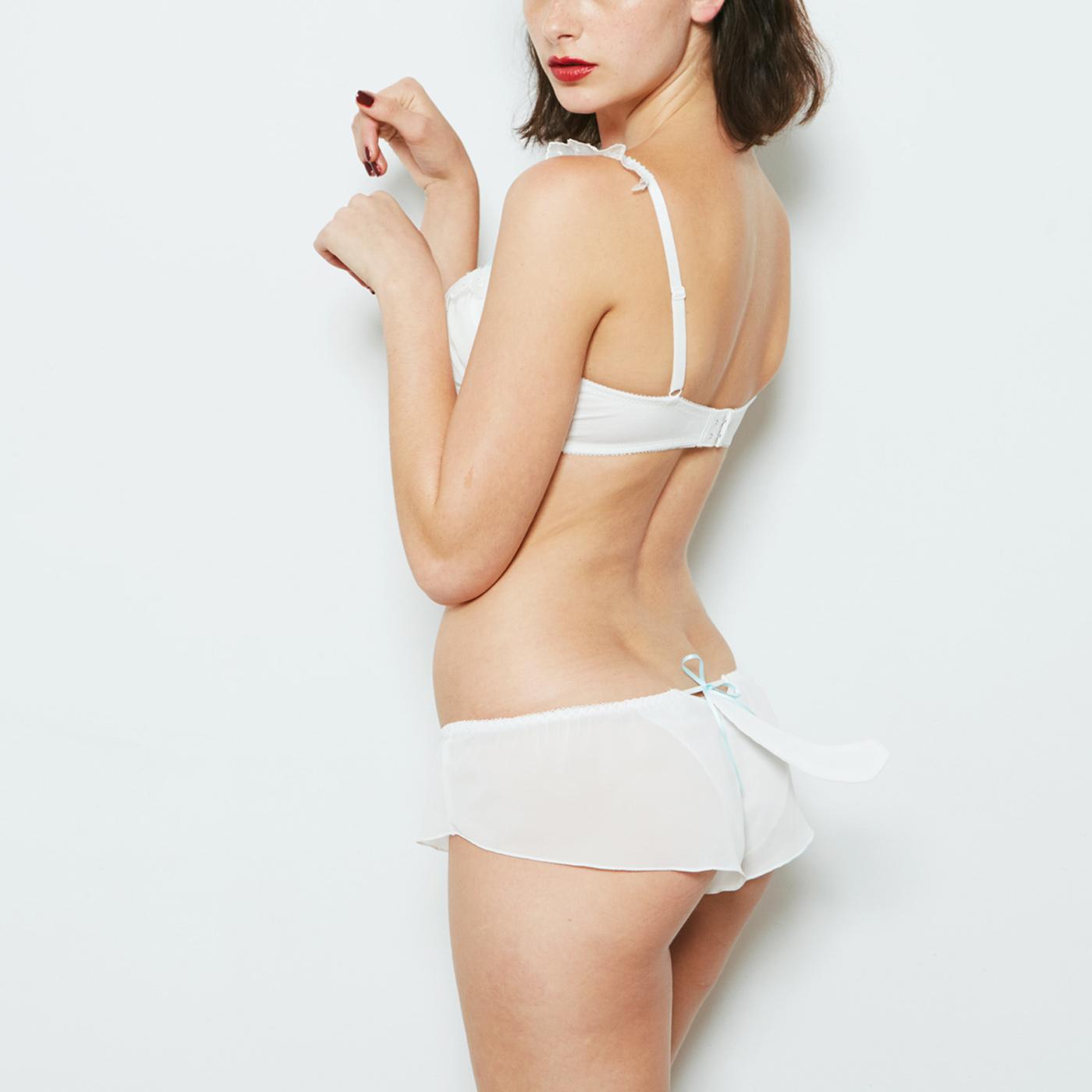 リボンで取り外し可能なしっぽ付き ※モデルのしっぽは撮影用に持ち上げています。
